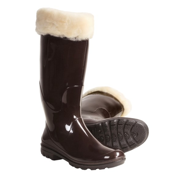 CLOSEOUTS . Not your average rubber rain boot, Kamik's Paige amps up the comfort factor with a fluffly faux-shearling lining and a sleek-yet-functional upper. Available Colors: BLACK, DARK BROWN. Sizes: 6, 7, 8, 9, 10.