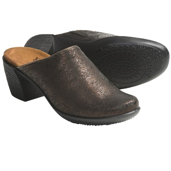 CLOSEOUTS . Sleek and sophisticated, Romika's Luna 01 clogs offer a frill-free, rich leather upper complemented by a slip-on design and classy stacked heel. Available Colors: BLACK, BRONZE, GRAPHITE. Sizes: 36, 37, 38, 39, 40, 41, 42.