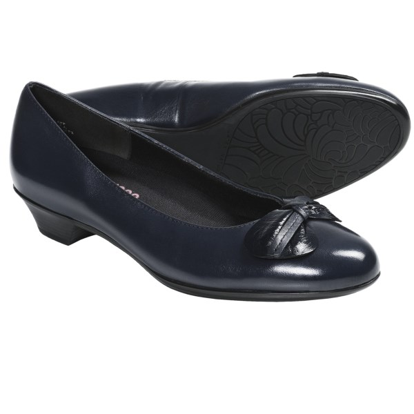 CLOSEOUTS . Munro American dressed up the Meg pumps with a pretty leather bow and a conservative, sculpted heel, perfectly fashioned to give your look that Jackie-O-inspired appeal. Available Colors: BONE, BLACK, NAVY. Sizes: 4, 4.5, 5, 5.5, 6, 6.5, 7, 7.5, 8, 8.5, 9, 9.5, 10, 10.5, 11, 11.5, 12, 13.