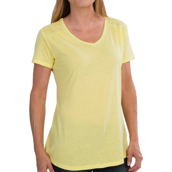 CLOSEOUTS . If what you need is a lightweight, moisture-wicking tee with charming yet subtle gathers, this Columbia Sportswear Everything She Needs T-shirt is here to live up to its name. Available Colors: LIGHT GREY HEATHER, RED HIBISCUS/HEATHER, SUNNYSIDE. Sizes: L, M, XL, XS, S.
