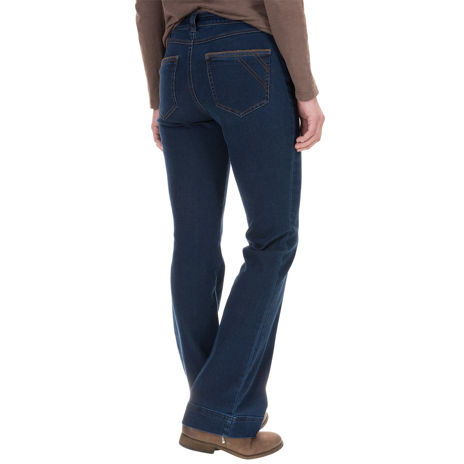 A Levi's® evolving classic jean since the 's, women's bootcut jeans support the knee and flare at the ankle. Available for ladies in black, grey and blue colors.