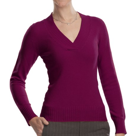Johnstons of Elgin V-Neck Sweater - Cashmere (For Women) in Mulberry