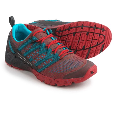 Keen Versago Hiking Shoes (For Men) in Raven/Formula One