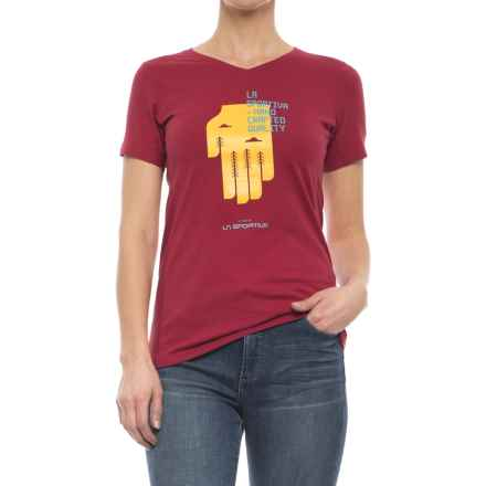 La Sportiva Hand T-Shirt - Short Sleeve (For Women) in Berry - Closeouts